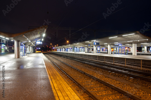 Foto auf AluDibond Bahnhof KOUVOLA, FINLAND - NOVEMBER 8, 2018: Railway station at night.