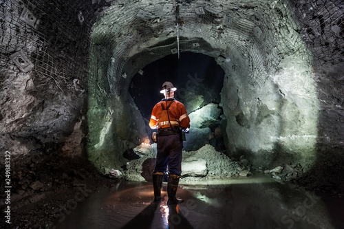 Fotografía Miner underground at a copper mine in NSW, Australia