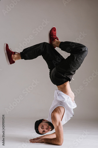 Photo A man hip hop dancer or bboy freezes in one pose on the hand