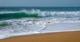 Des vagues d'azur de l'océan atlantique roulant sur le rivage sablonneux
