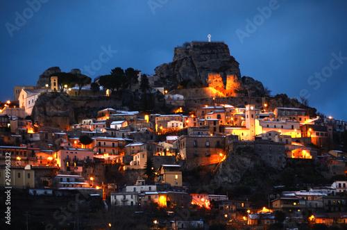 Fototapeta  Il meraviglioso borgo di Bova innevato in una serata d'inverno.
