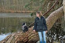 Frau Mit Hund Am See