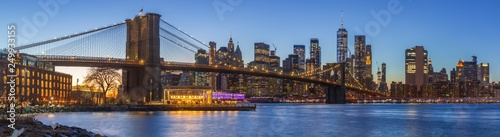 Photo sur Aluminium New York Sunset at Dumbo Brooklyn Bridge Park.