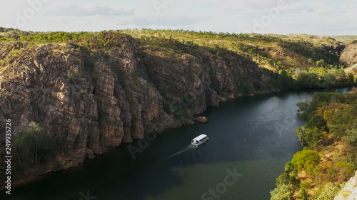 Obraz na plátne tour boat sails up katherine gorge in nitmiluk national park