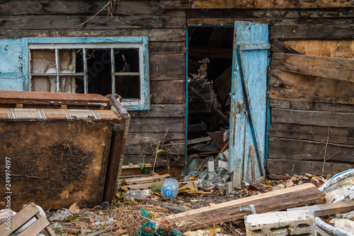 Photo The destroyed wooden house is thrown by people