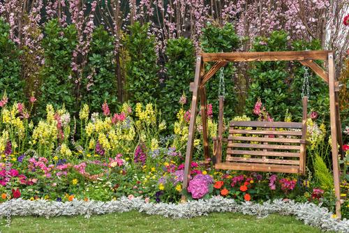 Cuadros en Lienzo Wooden swing seat in flower garden