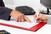 Vertragsabschluss Im Büro, Frau Beim Unterzeichnen Mit Ihrer Unterschrift