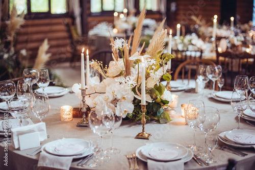 Photographie rustic wedding decorations with flowers and candles