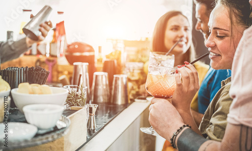 Fotografia  Happy friends drinking in vintage cocktails bar outdoor - Focus on right woman f