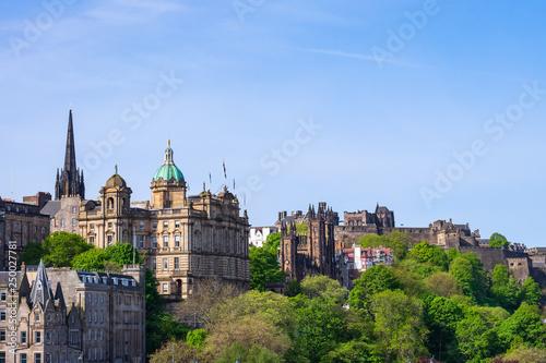 Fotografie, Obraz  Blick auf Edinburgh mit historischen Gebäuden und der Burg im Hintergrund