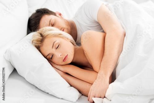 Staande foto Wanddecoratie met eigen foto people, rest and relationships concept - happy couple sleeping in bed at home