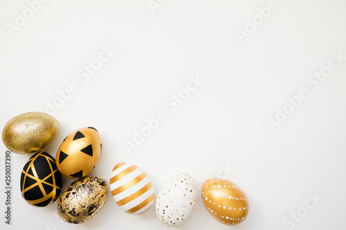 Photo Easter golden decorated eggs isolated on white background