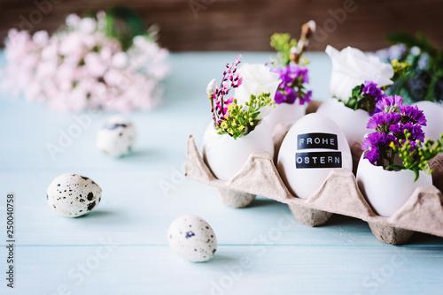 Photo Hübsche, florale Osterdekoration mit Eiern als kleine Vase / Ostergrüße