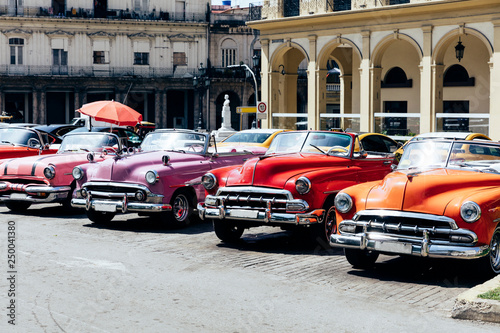 Cadres-photo bureau Vintage voitures Vintage american cars parked on the street near Central Park in downtown Havana,