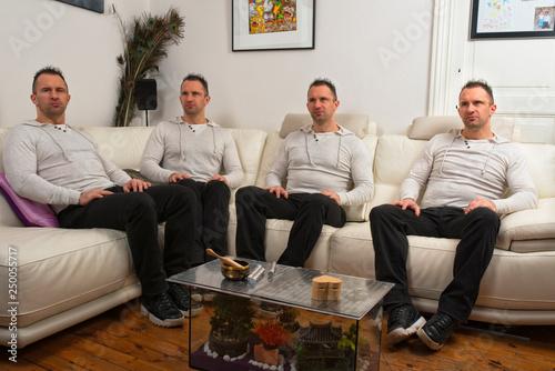 les quatres clones assis dans le canapé Canvas Print