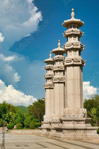 Fototapeta Park buddyjski, otwarta przestrzeń, wiele posągów i piękne miejsca na wyspie Sanya. Centrum kultury i religii.