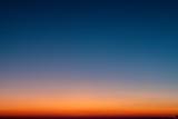 Gradient nieba od niebieskiego do pomarańczowego słońca
