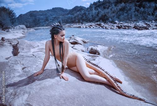 Photographie  Sexy river dragon girl