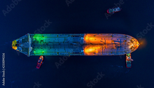 Photo  Aerial view oil tanker ship at the port at night, import export business logistic and transportation