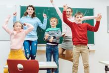 Schüler Und Lehrer In Der Grundschule Springen Im Klassenzimmer