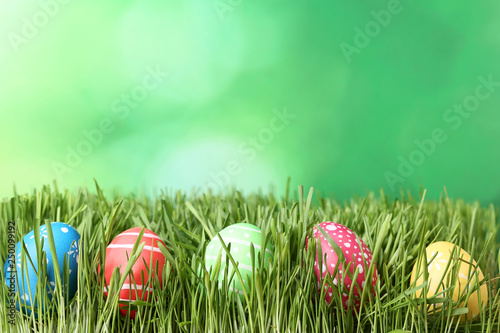 Foto  Colorful easter eggs in green grass