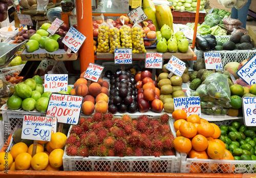 Mercado de frutas tropicales © theshoother