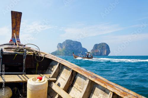 Fototapeta  viaggio in long tail barca sulle isole tailandia