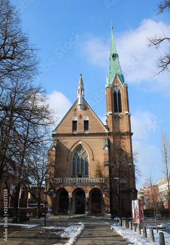 Fotografie, Obraz  Chiesa gotica con neve e cielo azzurro