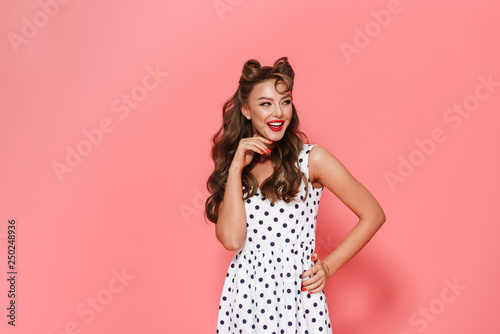 Fotografía  Portrait of a beautiful cheerful young pin-up girl