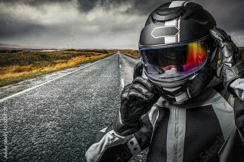Motard sur la route avec casque et équipement de sécurité