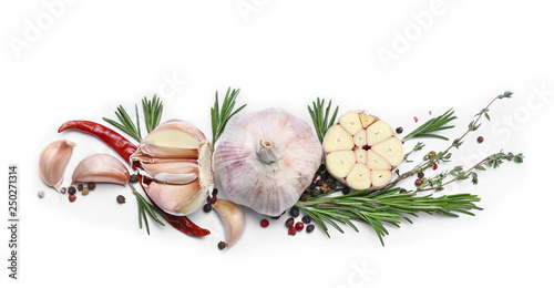 Fotomural  Fresh garlic, herbs and spices on white background