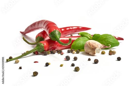 Photo Ostra papryka z czosnkiem i pieprzem na białym tle
