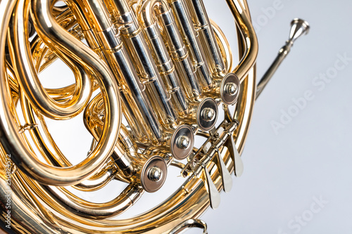 Papel de parede French horn on a white table