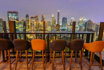 Panel Szklany Podświetlane Do restauracji Bangkok city view point from rooftop bar, overlooking a magnificent cityscape blue sky and city light, Thailand