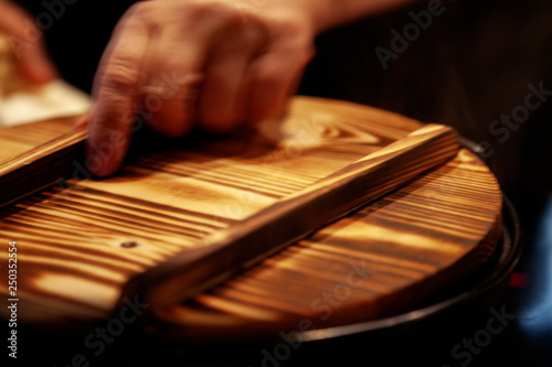 Photo  blurred image of traditional wooden rice pot lid in japanese style restaurant