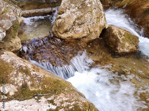 Foto auf Gartenposter Forest river glasklare Wasserfälle in den Alpen