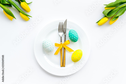 Photo  Festive Easter table decorated with tulips
