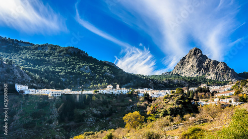 Fotografía  Landscape of Grazalema village in the foothills of the Sierra del Pinar mountain