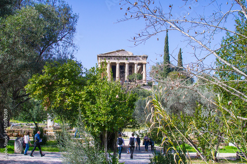 Photo  Tourists visiting the archaeological area of the temple of Hephaestus or Hephais