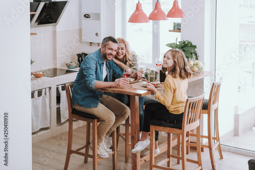Fotografía Happy family spending time together and enjoying dinner at home