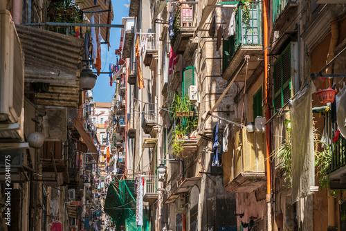 Fototapeten Schmale Gasse Napoli, Qartiere Spagnolo