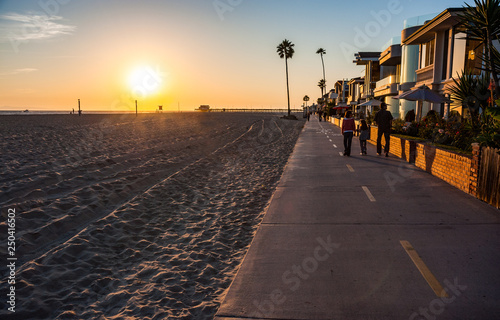 Fotografía Walking pedestriam and cycle path on Newport beach in southern California
