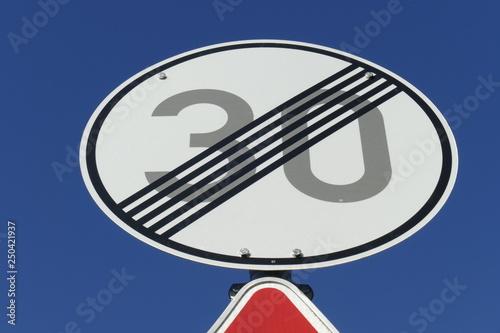 Fotografía  Verkehrsschild Ende einer Tempo 30-Zone