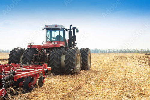 Foto  Modern tractor in the field during planting