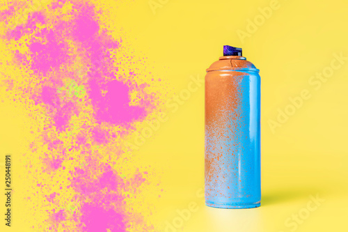 Fotografia street art spray can and color splash on the background concept b