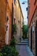 Kleine Gasse in der mittelalterlichen Altstadt von Cervo in Ligurien Italien