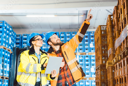 Valokuva  Arbeiter in einem Logistik Lagerhaus planen das nächste Projekt
