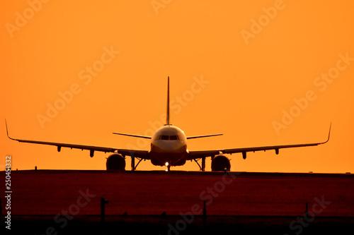 Tuinposter 美しい夕焼けを背景に航空機 Aircraft with a beautiful sunset background
