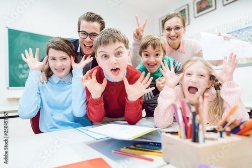 Leinwand Poster Witzige Schulklasse, Schüler und Lehrer ziehen Grimassen