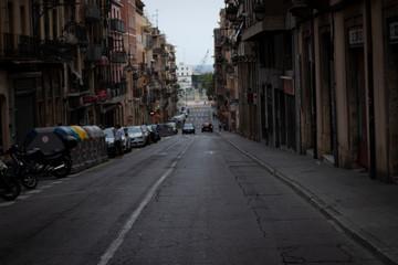 Calle con carretera cuesta abajo con coches al fondo en Bilbao